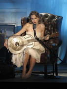 http://img271.imagevenue.com/loc549/th_84889_Taylor_Swift_performs_at_2010_MTV_Video_Music_Awards9_122_549lo.jpg
